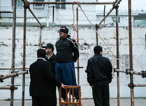 רוב ההוצאות להורג במדינה הן בגין פשעים שקשורים לסמים. הוצאה להורג שנמנעה באיראן ()