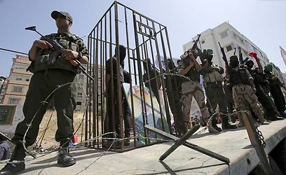 Hamas soldiers guarding a mock prison cell as part of rally marking Prisoners Day (Photo: AP)
