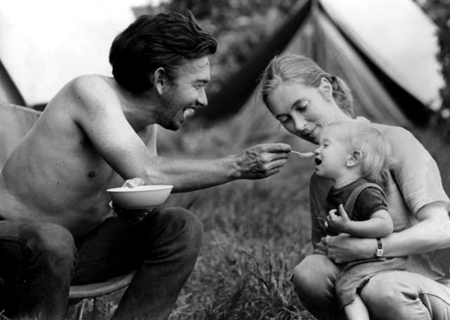 """ג'יין, בעלה הוגוואן לאוויק ובנם המשותף.  (צילום: באדיבות מכון ג'יין גודאל /  יח""""צ הסרט Jane's Journey, 2011) ()"""