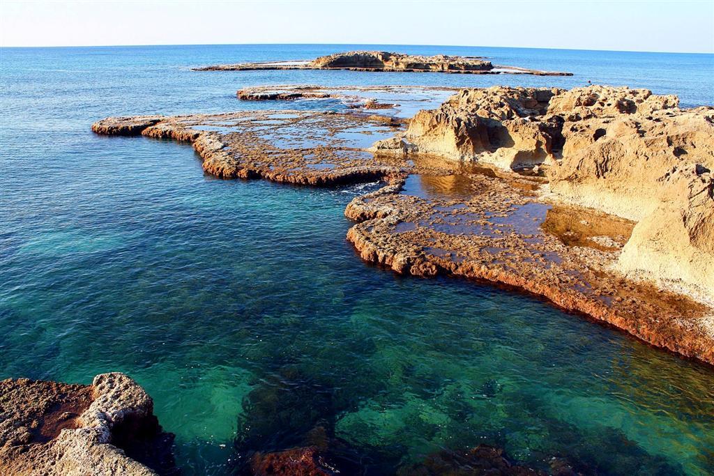 חלקי איים זעירים ומים כחולים שמסתירים סודות של אלפי שנים ( ) ( )