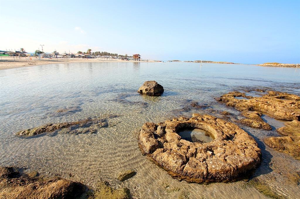 באר מים עתיקה באמצע הים. עתיקות בחוף דור ( ) ( )