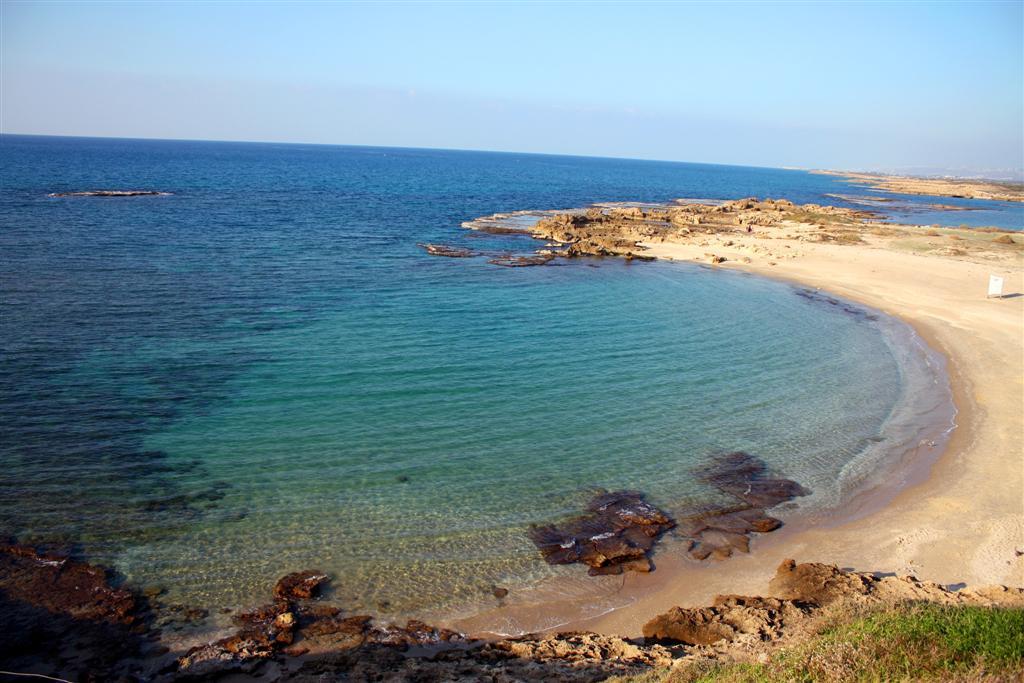 חופים שמזכירים מקומות רחוקים. חוף דור ( ) ( )