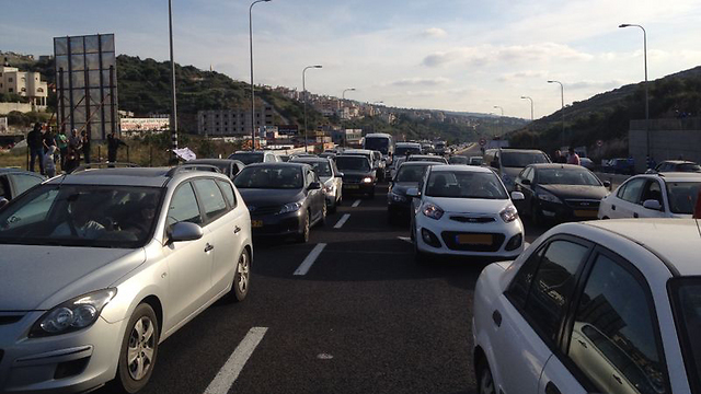 Traffic piled up at the entrance to Umm al-Fahm as a result of the protests (Photo: George Ginsberg) (Photo: George Ginsber)