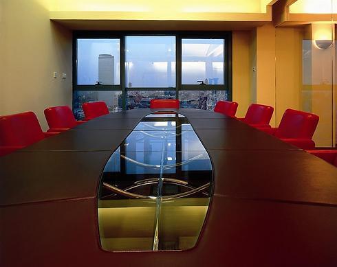 גם שימוש בכיסאות בגוון אדום בוהק משדר חדשנות (צילום: עמית גרון) (צילום: עמית גרון)