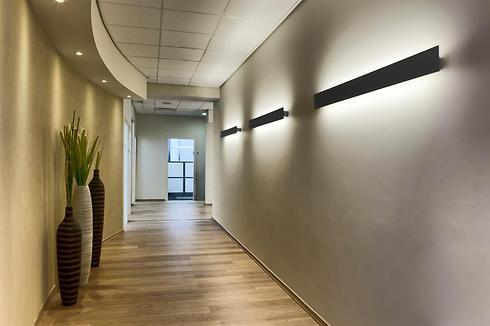 מסר של חמימות אפשר להשיג באמצעות תאורה רכה, צבעוניות בגוונים חמים, קווים מעוגלים וכדים ביתיים (צילום: קטיה לין) (צילום: קטיה לין)