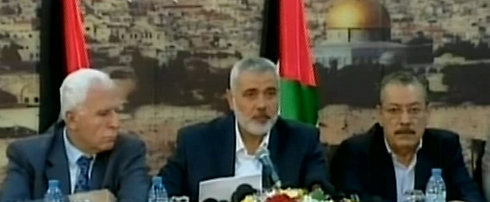 Palestinian unity announced: Haniyeh with Hamas official Abu Marzook and PLO representative Bassam Salhi (Photo: Reuters)