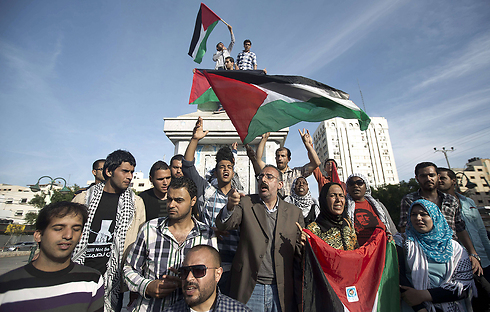 Palestinians celebrate the unity agreement between Hamas and Fatah (Photo: AFP)