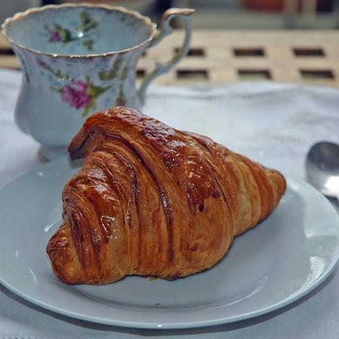 ארוחת הבוקר האהובה בפריז. קרואסון וקפה (צילום: יפה עירון-קוץ) (צילום: יפה עירון-קוץ)