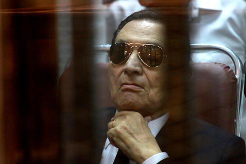 בכלוב הנאשמים בקהיר (צילום: AP) (צילום: AP)