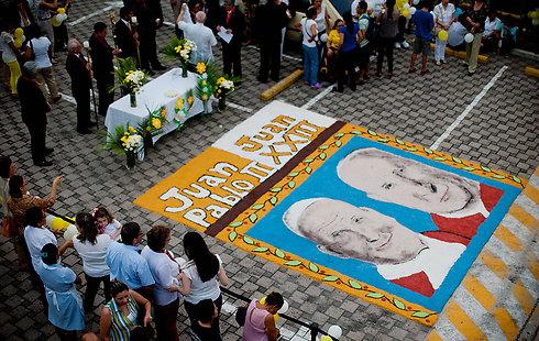 תמונות יוחנן ה-23 ויוחנן פאולוס ה-2 בסן סלבדור, אל סלבדור (צילום: AFP) (צילום: AFP)