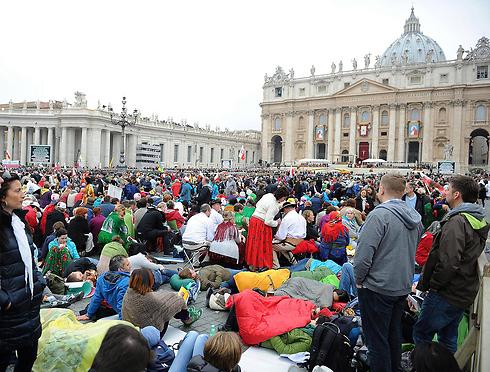מאמינים רבים ישנו על מזרנים ברחוב כדי להגיע ראשונים לטקס בכיכר פטרוס הקדוש (צילום: EPA) (צילום: EPA)
