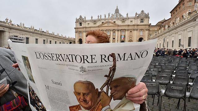 """רגע היסטורי. העיתון החצי רשמי של הכנסייה """"ל'אובזרבטורה רומנו""""  (צילום: AFP) (צילום: AFP)"""