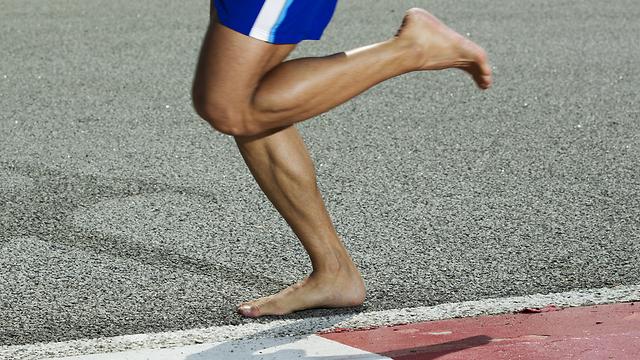 לרוץ יחפים. מרכז כף הרגל משמש כבלם זעזועים (צילום: shutterstock) (צילום: shutterstock)