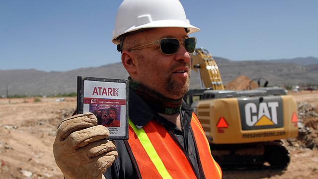 במאי סרט התעודה, זאק פן, ואחת הקסטות שנמצאו (צילום: AP) (צילום: AP)