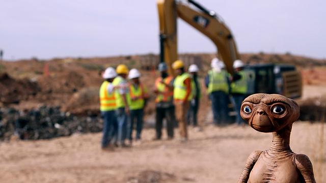ואיך אפשר בלי בובה של הגיבור הקולנועי באתר החפירות (צילום: AP) (צילום: AP)