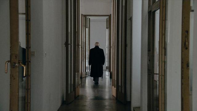 שמעון ויזנטל ואלברט שפאר בביתו של לודוויג ויטגנשטיין בווינה (צילום: אמרה ארקמן) (צילום: אמרה ארקמן)