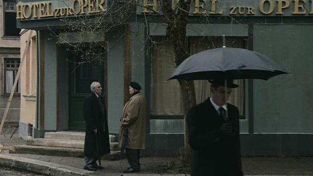 """""""כמו ממרחק"""". כששמעון ויזנטל ואלברט שפאר נפגשו (צילום: אמרה ארקמן) (צילום: אמרה ארקמן)"""