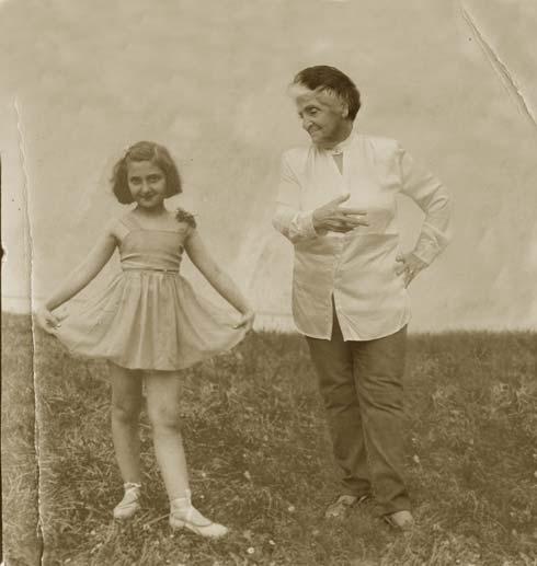 """""""בתמונה הזו, שצולמה ב-1940, אני בת שמונה ורוקדת בלט. מי יודע, אלמלא מה שקרה אולי הילדה הזו הייתה אפילו מפתחת קריירה בריקוד ונעשית פרימה בלרינה. החיים מלאים עליות וירידות. כשאת ילדה את מדמיינת את העתיד בכל מיני דרכים, אבל את העתיד שחיכה לנו אף אחד לא יכול היה לדמיין. אחרת הילדה שהייתי לא הייתה מחייכת למצלמה"""". (צילום: אלכס קולומויסקי, """"ידיעות אחרונות""""   )"""
