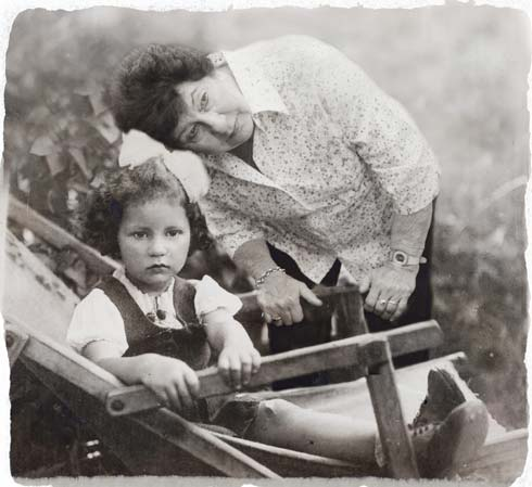 """""""בתמונה הזו אני בת כמעט שלוש, יושבת עם פפיון שאוסף לי את התלתלים ויושבת על כיסא נוח. קרוב משפחה צילם את התמונה הזו בגטו לודג', אז עוד לא באמת הבנו את העתיד לבוא. הייתי אומרת לילדה הקטנה והמתוקה הזו שלא תסמוך על הגורל. שאסור להיות שאננים. מי יכול היה לנחש שנגיע מהארץ לביקור בפולין וניתקע שם עם הדרכון הבריטי שלנו? הנה, רק בימים אלו חזרתי מפולין עם משלחת נוער וכל הזמן אמרתי לעצמי, רק שפוטין לא יכבוש עכשיו את פולין ושוב אתקע כאן"""". (צילום: אלכס קולומויסקי, """"ידיעות אחרונות""""   )"""