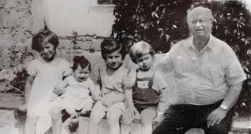 """""""התמונה הזו, שצולמה ב-1939, מרגשת אותי כל פעם מחדש. אני הילד עם התחבושת על היד, ולצדי אחיותיי הגדולות טובה, שנפטרה לפני חודשיים, ומרים, והאחות הקטנה ברכה, שהייתה תינוקת וחיה כיום בארץ. מיד עם הכיבוש הצליחה אמא לשלוח את טובה ומרים, שהיו אז בנות 12 ו-13 לסלובקיה, והן שרדו אחרי שהסתתרו במשך שנה וחצי ביערות. אחי מרדכי, הגדול ממני בשנה וחצי, ואני נשלחנו לברגן-בלזן, ובזכות התושייה של אמא היינו ברשימה של רכבת קסטנר. כך ניצלנו"""". (צילום: אלכס קולומויסקי, """"ידיעות אחרונות""""   )"""