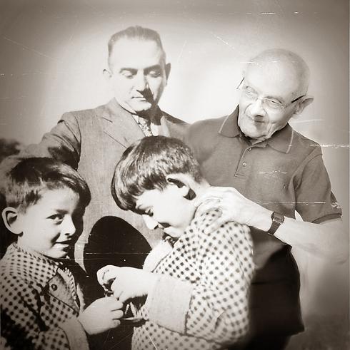 """""""בתמונה אני מצולם עם אבא שלי ישראל ועם אחי מריון שהיה צעיר ממני בשנתיים. הם נרצחו ביריות במחנה ינובסקה ב-17 במרס 1944 יחד עם מאתיים ילדים נוספים. אמא, דורה וייסברג לבית קלינגר, נרצחה בתאי הגזים בבלזץ. לו יכולתי הייתי אומר להם שארץ ישראל זו הארץ היחידה שלנו"""". (צילום: אלכס קולומויסקי, """"ידיעות אחרונות""""   )"""