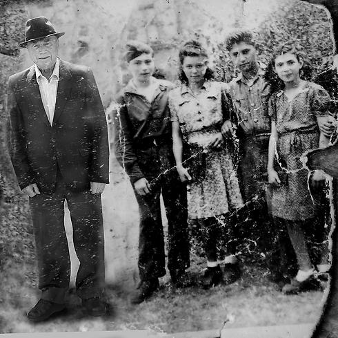 """""""הייתי כמעט בן 16 בתמונה הזו. זו למעשה הנצחה של רגע לאחר השחרור שלי. ביקשתי מחייל רוסי שהיה במקום שישאיל לי את המדים שלו, רק בשביל התמונה"""". (צילום: אלכס קולומויסקי, """"ידיעות אחרונות""""   )"""