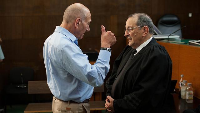 אולמרט עם סניגורו, עורך הדין אלי זהר (צילום: בן קלמר)