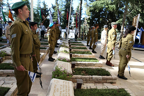 Laying flags at graves of fallen soldiers (Archive photo: Amit Shabi)