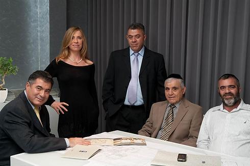 משפחת סרוגו. מימין לשמאל: יואב סרוגו, ראובן סרוגו, יצחק סרוגו, סופי סרוגו-לוין וראול סרוגו ()