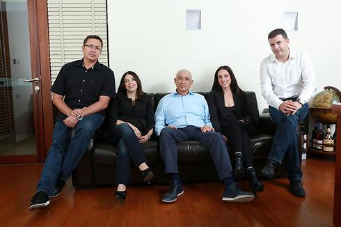 משפחת גבאי. מימין לשמאל: אלי גבאי, אורית גבאי-טירר, שמשון גבאי, מאיה גבאי-טובול ואריק טובול (צילום: חן גלילי) (צילום: חן גלילי)