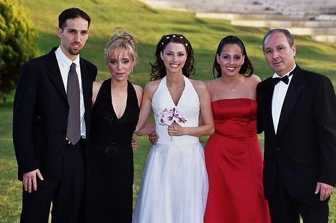 משפחת לוטן (לוינשטיין). מימין לשמאל: שאול לוטן (לוינשטיין), חן גור-לוטן, יעל לבני-לוטן, האם רחל לוטן ואמיר לוטן ()