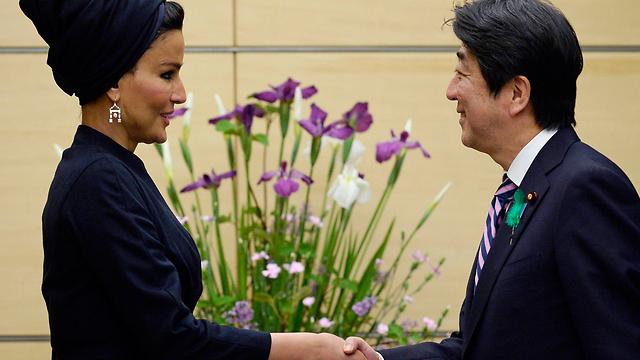 כיסויי ראש משלל צבעים וסגנונות. עם ראש ממשלת יפן (צילום: רויטרס) (צילום: רויטרס)