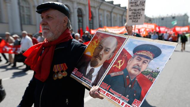 נושאים את תמונת סטלין במוסקבה בחגיגות ב-1 במאי (צילום: רויטרס) (צילום: רויטרס)