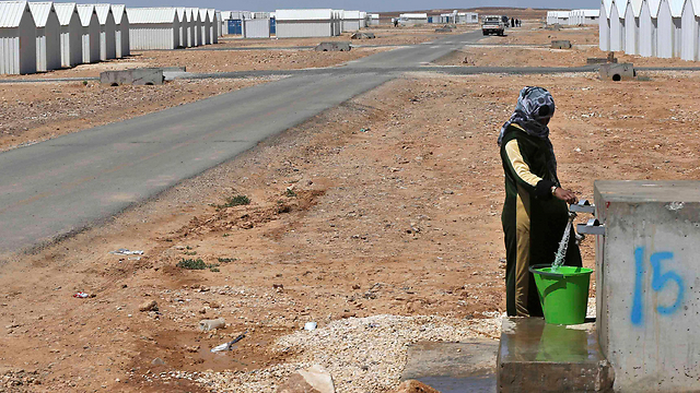 Syrian refugee collects water at new camp (Photo: Reuters) (Photo: Reuters)