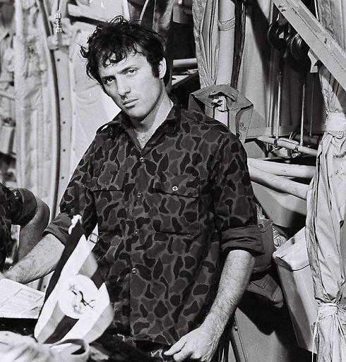 """אסי דיין על הסט של """"מבצע יונתן"""" (1977) (צילום: יוני המנחם) (צילום: יוני המנחם)"""