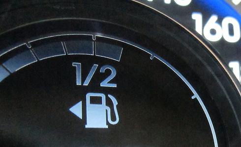 היצרניות בודקות את עצמן, ובתנאים מקלים - ובמציאות תצרוכת הדלק גבוהה בהרבה (צילום: רועי צוקרמן) (צילום: רועי צוקרמן)