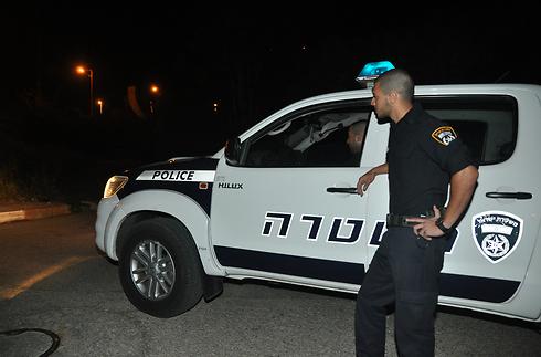 שוטר ליד המקום שבו נמצאה דדון, הערב (צילום: ג'ורג' גינסברג) (צילום: ג'ורג' גינסברג)