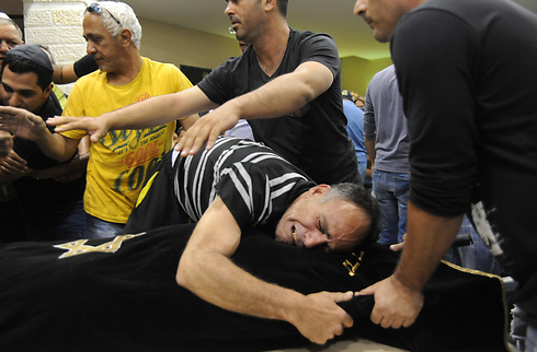 Shelly dadon's father,crying at her funeral (Photo: Avihu Shapira)