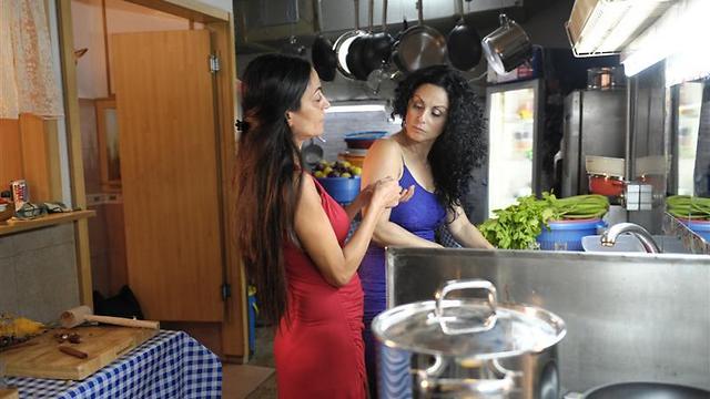 חנה אזולאי הספרי ואסתי ירושלמי. הבישולים קצת תפלים הפעם (צילום: מאיר אזולאי) (צילום: מאיר אזולאי)