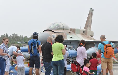 מבקרים בבסיס חיל האוויר ברמת דוד, הבוקר (צילום: ג'ורג' גינסברג) (צילום: ג'ורג' גינסברג)