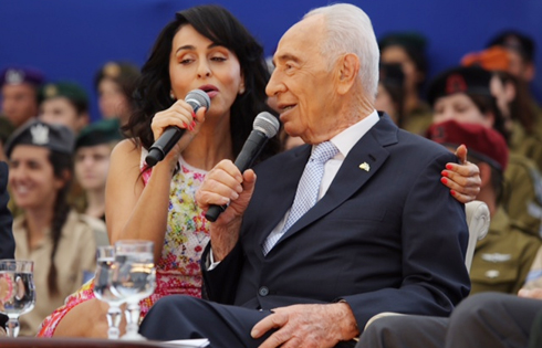 Peres singing with Rita (Photo: Gil Yohanan)