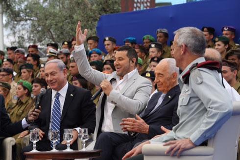 Netanyahu singing with Shlomi Saranga (Photo: Gil Yohanan)