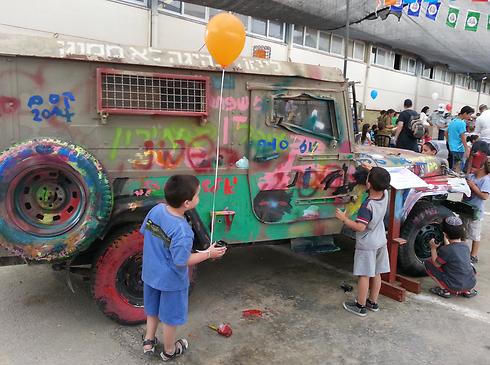 צבעים פסיכדלים בתערוכה במחנה נתן (צילום: בראל אפרים) (צילום: בראל אפרים)