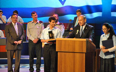 Prime Minister Netanyahu and Eitan Amos  (Photo: Ofer Meir)