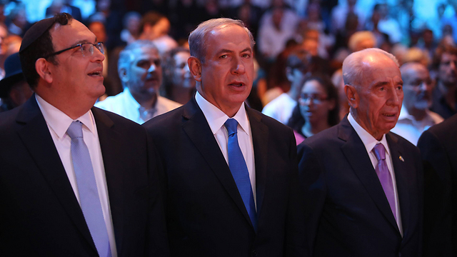 President Peres (R), Prime Minister Netanyahu (C), Education Minister Piron (L) (Photo: Gil Yohanan)