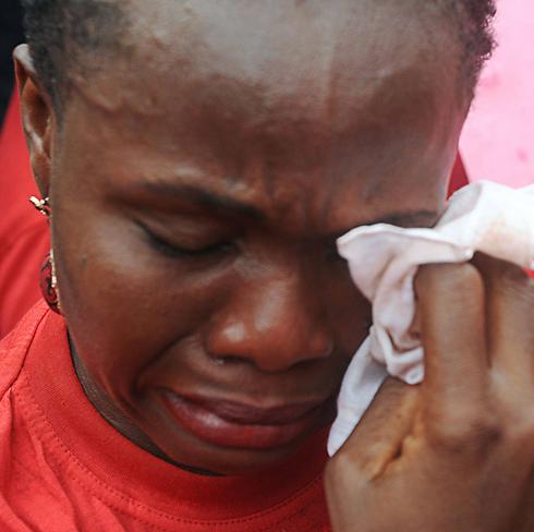 אם אחת החטופות (צילום: AFP) (צילום: AFP)