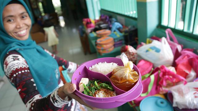 חלוקת אוכל באינדונזיה (צילום: AP) (צילום: AP)