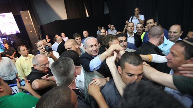 נתניהו מוקף מאבטחים, היום בוועידה (צילום: מוטי קמחי) (צילום: מוטי קמחי)