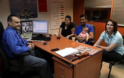 משפחת היזמי עם דוד קנטי (צילום: יריב כץ) (צילום: יריב כץ)