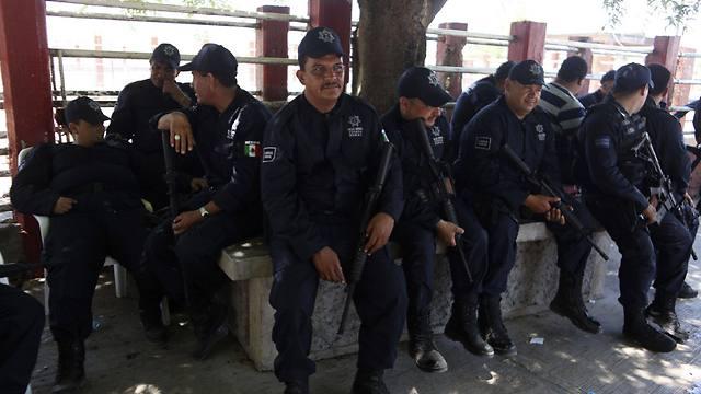 מנוחת השוטרים החדשים (צילום: רויטרס) (צילום: רויטרס)